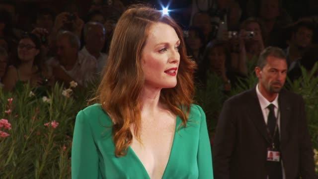 julianne moore at the a single man premiere: venice film festival 2009 at venice . - ジュリアン・ムーア点の映像素材/bロール