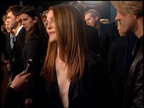 julianne moore at the 'magnolia' premiere on december 8, 1999. - ジュリアン・ムーア点の映像素材/bロール