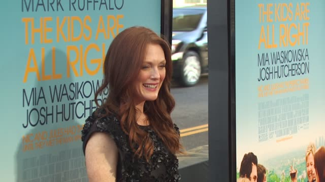 julianne moore at the 'the kids are all right' premiere at los angeles ca. - ジュリアン・ムーア点の映像素材/bロール
