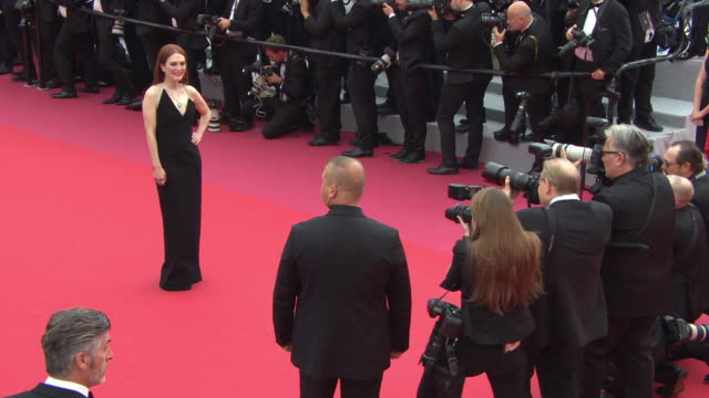 julianne moore at 'yomeddine' red carpet - the 71st annual cannes film festival at grand theatre lumiere on may 09, 2018 in cannes, france. - ジュリアン・ムーア点の映像素材/bロール