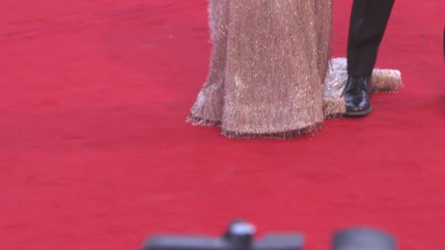 vídeos y material grabado en eventos de stock de julianne moore bart freundlich at 'suburbicon' red carpet 74th venice international film festival at palazzo del cinema on september 02 2017 in... - bart