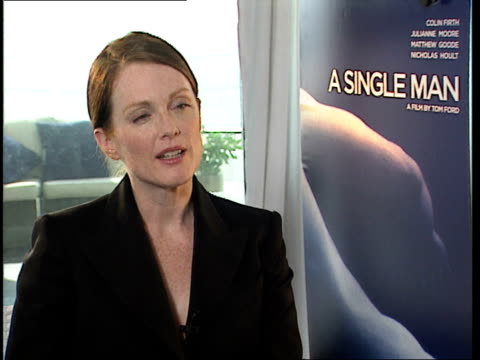 vídeos de stock, filmes e b-roll de julianne moore on how tom ford always comes to set perfectly dressed at the a single man interviews venice film festival 2009 at venice - tom ford