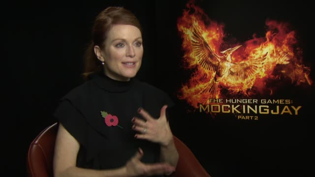 julianne moore on the dramactic end, seeing a young women become a leader at 'the hunger games: mockingjay, part 2' interviews at the corinthia hotel... - ジュリアン・ムーア点の映像素材/bロール