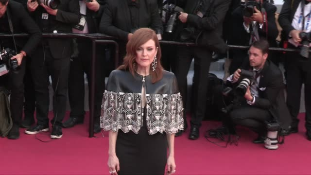 julianne moore on the red carpet for the screening of les miserables during the 72nd annual cannes film festival cannes, france on wednesday may 15,... - ジュリアン・ムーア点の映像素材/bロール