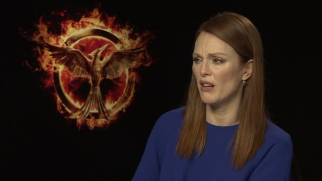vidéos et rushes de interview julianne moore on the themes of the film and the moral choices the film points out at the hunger games mockingjay part 1 junket - dilemme moral