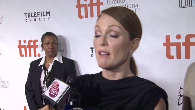 "vídeos de stock, filmes e b-roll de julianne moore on why hollywood was the right setting for this group of characters and the most fun part of playing this character - ""maps to the... - festival de cinema de toronto"