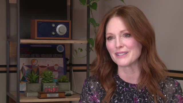 vídeos y material grabado en eventos de stock de interview julianne moore one of the great things about being in the business for a while is that you have access and she was able to get to michelle... - entrevista sin editar