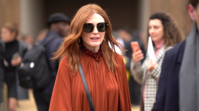 julianne moore wears sunglasses and a brown/orange dress, outside dior, during paris fashion week - womenswear spring summer 2020, on september 24,... - ジュリアン・ムーア点の映像素材/bロール