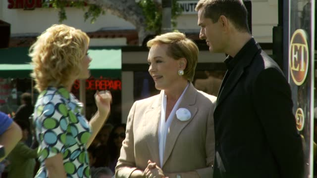 stockvideo's en b-roll-footage met julie andrews and rupert everett at the 'shrek the third' premiere at the mann village theatre in westwood california on may 6 2007 - rupert everett
