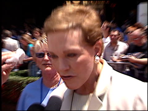 julie andrews at the premiere of 'the princess diaries' at the el capitan theatre in hollywood, california on july 29, 2001. - julie andrews stock videos & royalty-free footage