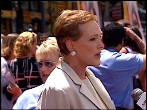 julie andrews at the premiere of 'the princess diaries' at the el capitan theatre in hollywood, california on july 29, 2001. - エルキャピタン劇場点の映像素材/bロール