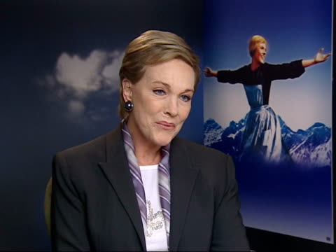 vídeos y material grabado en eventos de stock de london int julie andrews interview sot nice that the sound of music is still so popular/ happy to be remembered specifically for this film/ new dvd... - christopher plummer