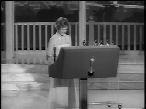 vídeos de stock, filmes e b-roll de julie andrews making speech at podium after winning academy award / newsreel - cerimônia de entrega do óscar