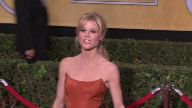 julie bowen at 20th annual screen actors guild awards arrivals at the shrine auditorium on in los angeles california - シュラインオーディトリアム点の映像素材/bロール