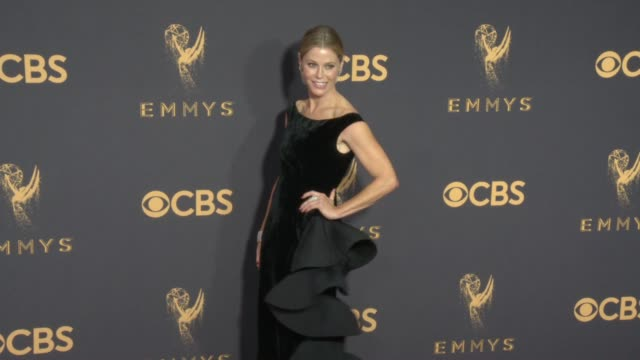 vídeos de stock, filmes e b-roll de julie bowen at the 69th annual primetime emmy awards at microsoft theater on september 17 2017 in los angeles california - microsoft theater los angeles