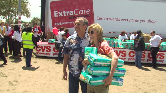 julie bowen at the cvs/pharmacy 's biggest playdate' at los angeles ca. - cvs caremark stock videos & royalty-free footage