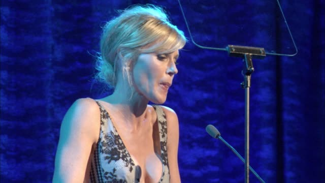 stockvideo's en b-roll-footage met speech julie bowen at the los angeles lgbt center's 47th anniversary gala vanguard awards at pacific design center on september 24 2016 in west... - anniversary gala vanguard awards