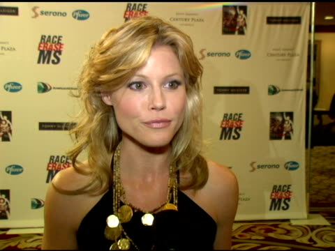 vídeos de stock e filmes b-roll de julie bowen on why she?s at the event, nancy raising awareness for boston legal? and ?lost? at the 13th annual race to erase red carpet at hyatt... - race to erase ms