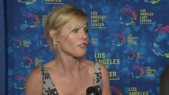 stockvideo's en b-roll-footage met interview julie bowen on why the los angeles lgbt center and their services are so vital to the community on why jesse and justin are so deserving of... - anniversary gala vanguard awards