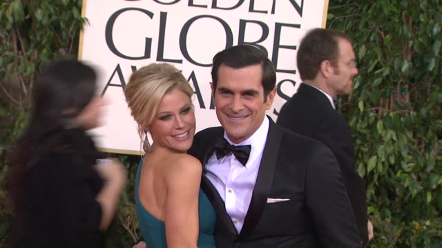 vídeos y material grabado en eventos de stock de julie bowen ty burrell at 70th annual golden globe awards arrivals 1/13/2013 in beverly hills ca - ty burrell