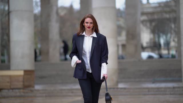 vídeos y material grabado en eventos de stock de julie ianc wears a blazer jacket, a white shirt, black pants, a bag, during paris fashion week womenswear fall/winter 2019/2020, on march 05, 2019 in... - camiseta