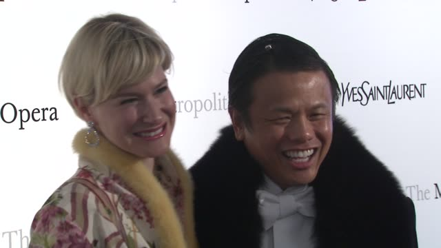 vídeos de stock, filmes e b-roll de julie macklowe and zang toi at metropolitan opera gala premiere of jules massenet's manon at the metropolitan opera house on march 26 2012 in new... - manon lescaut