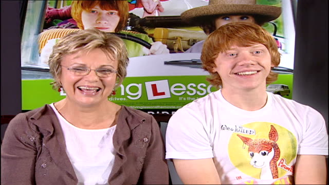 vidéos et rushes de julie walters and rupert grint interview england london int julie walters and rupert grint sitting for interview sot the film 'driving lessons' is... - autobiographie