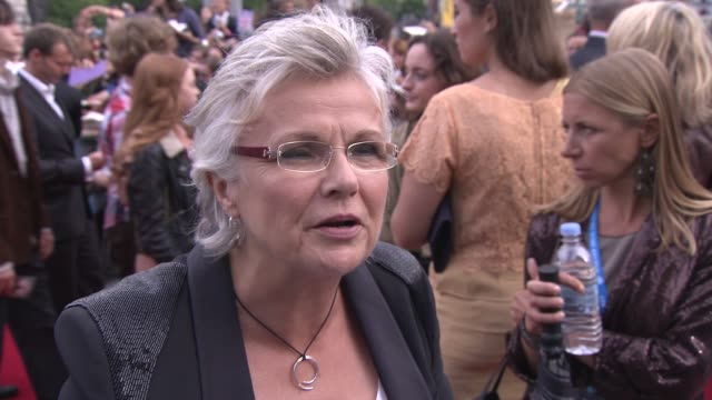 vidéos et rushes de julie walters on the final film, her co-stars, her character, the uk film industry and more at the harry potter and the deathly hallows part two... - harry potter titre d'œuvre