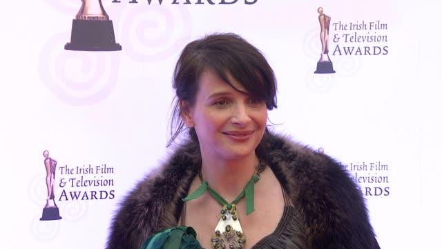 vídeos de stock, filmes e b-roll de juliette binoche at the irish film television awards at dublin - juliette binoche