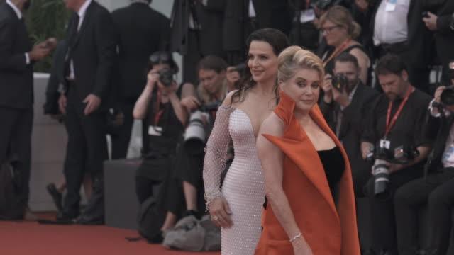 juliette binoche, catherine deneuve at 'the truth ' - red carpet arrivals - 76th venice film festival august 28, 2019 in venice, italy. - べネチア国際映画祭点の映像素材/bロール