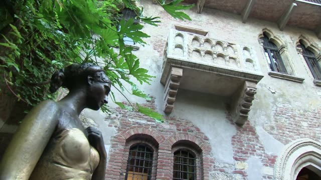 juliette's balcony and statue in verona - literature stock videos & royalty-free footage