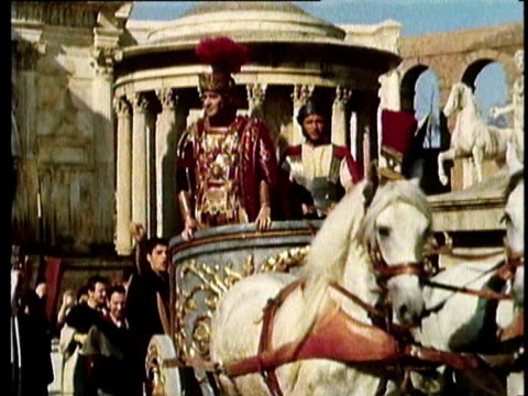vídeos de stock, filmes e b-roll de 1964 reenactment ms zi pan julius casear in military uniform entering rome on chariot  - roman soldier