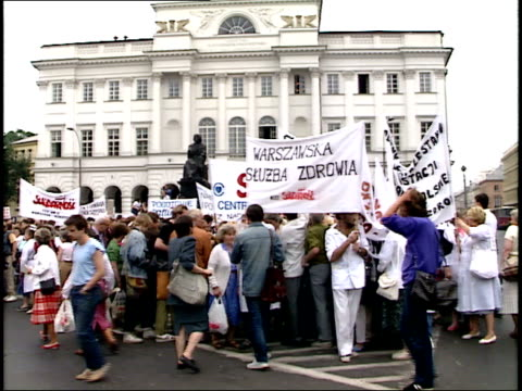 stockvideo's en b-roll-footage met july 12, 1989 crowd at presidential palace standing and holding banners for solidarity, speaker talking on loudspeaker / warsaw, poland - 1980 1989