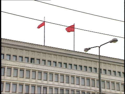 vidéos et rushes de july 13, 1989 polish and communist flags waving on rooftop of office building / warsaw, poland - varsovie