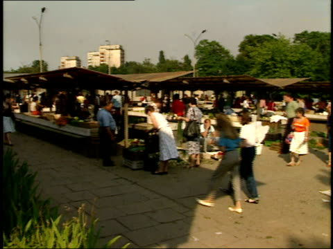 vídeos de stock, filmes e b-roll de july 15, 1989 shoppers walking and browsing at an outdoor market / warsaw, poland - 1980 1989