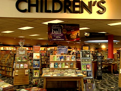 july 19 2007 harry potter display in the children's section of a book store / arlington, virginia, united states - ボーダーズ・ブックス点の映像素材/bロール