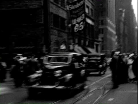 vídeos de stock, filmes e b-roll de july 1938 b/w pov busy street seen from tram window / new york city, new york, usa - ponto de vista de bonde