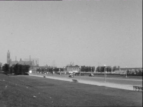 july 1938 b/w ws pan promenade and city skyline / chicago, illinois, usa - anno 1938 video stock e b–roll