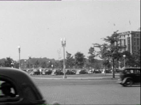 july 1938 b/w ws pan street scene with capitol building in distance / washington dc, usa - 1938 bildbanksvideor och videomaterial från bakom kulisserna