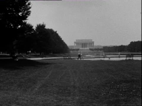 july 1938 b/w ws pan the mall with lincoln memorial in distance / washington dc, usa - 1938 bildbanksvideor och videomaterial från bakom kulisserna