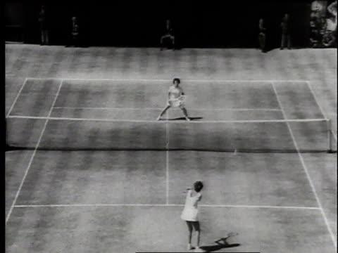 july 1966 montage billie jean king defeating maria bueno in the wimbledon finals / london, united kingdom, united kingdom - ビリー・ジーン・キング点の映像素材/bロール