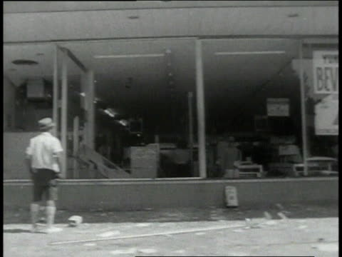 july 1967 montage looted stores on a city street in detroit during a race riot / michigan, united states - 1967 bildbanksvideor och videomaterial från bakom kulisserna