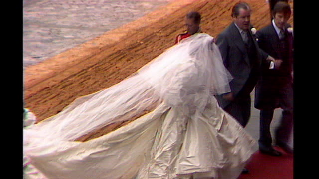 vídeos de stock, filmes e b-roll de st paul's cathedral lady diana spencer from carriage in wedding dress and standing beside father on red carpet - vestido de noiva