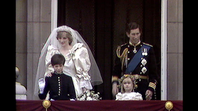 LIB July 1981 Princess Diana and Prince Charles waving from balcony on Wedding day and crowd outside gates