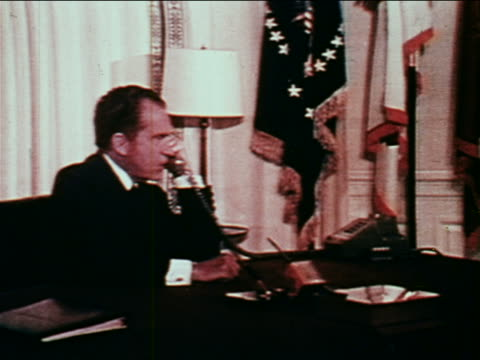july 20 1969 richard nixon sitting at desk talking to astronauts on moon on telephonejuly 20 1969 richard nixon sitting at desk talking to astronauts... - 1969年点の映像素材/bロール