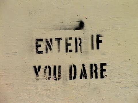 vídeos de stock, filmes e b-roll de july 2005 close up enter if you dare sign stenciled on cement/ guantanamo bay - escrita ocidental