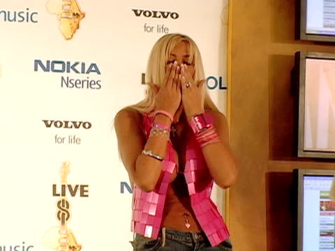 july 2005 medium shot anna nicole smith appearing for photo op during live 8/ anna nicole being ushered off stage/ philadelphia - menschliche gliedmaßen stock-videos und b-roll-filmmaterial
