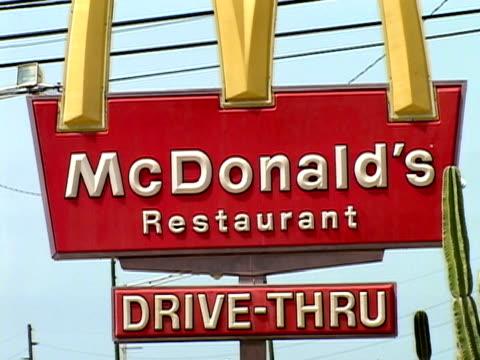 vídeos de stock, filmes e b-roll de july 2005 medium shot mcdonald's restaurant/ guantanamo bay - 2005