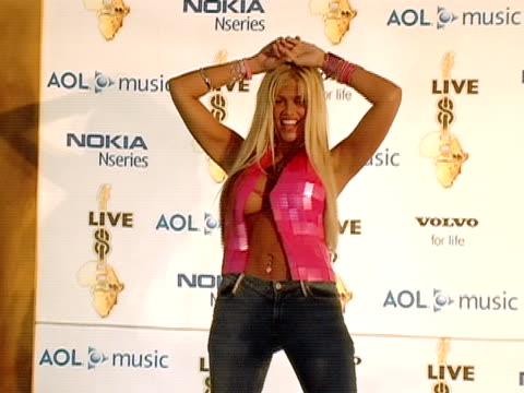 july 2005 medium shot zoom in scantily clad anna nicole smith appearing during live 8 telecast/ philadelphia - dekolleté stock-videos und b-roll-filmmaterial