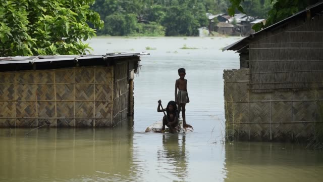 vidéos et rushes de july 2020 villagers cross a flooded area on a makeshift raft at buraburi village in morigaon district of assam on wednesday july 1 2020 - bananier